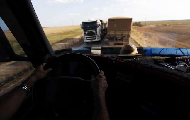 Caminhão passa por trecho da BR-163 em Lucas do Rio Verde (MT)  28/09/2012 REUTERS/Nacho Doce