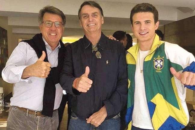 Paulo Marinho (esq) posa ao lado de Bolsonaro durante as eleições de 2018