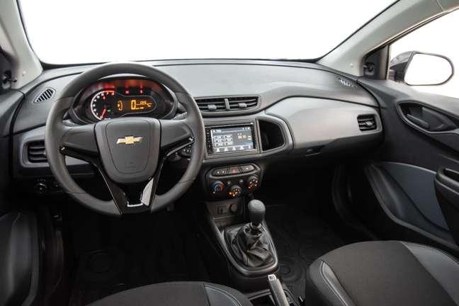 Por dentro, o carro tem as boas características que fez do Onix um campeão de vendas.
