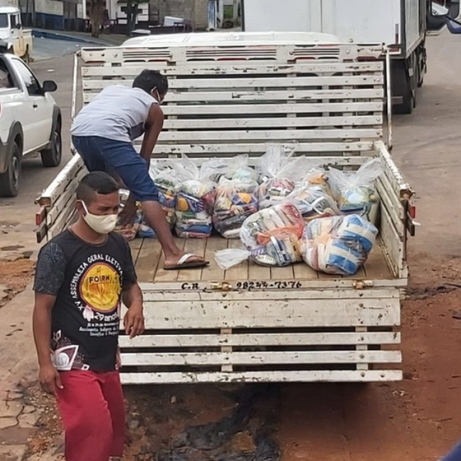 Cestas básicas coletadas pela Federação das Organizações Indígenas do Rio Negro para distribuição nas comunidades
