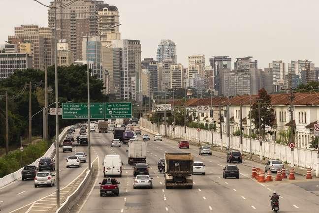 Movimentacao de veículos e pessoas na Marginal do Rio Pinheiros durante feriado prolongado