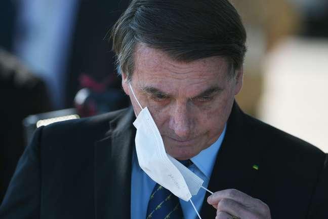 O presidente da República, Jair Bolsonaro (sem partido), fala com simpatizantes e imprensa em frente ao Palácio da Alvorada, em Brasília, nesta quinta-feira, 28.
