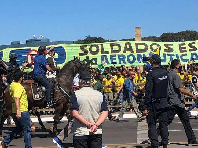 Jair Bolsonaro vai a cavalo saldar apoiadores em manifestação contra o STF
