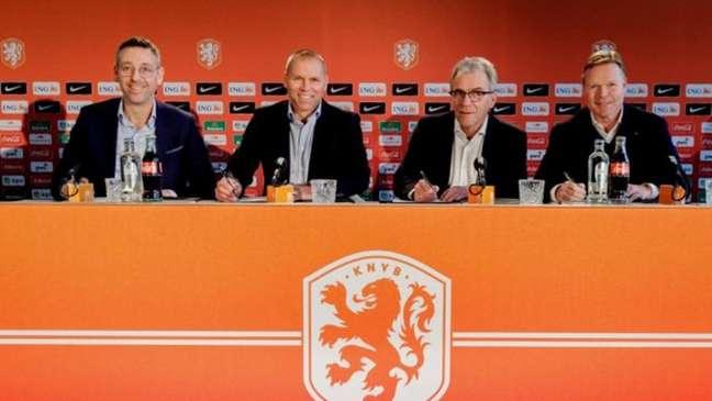 Koeman (último na direita) está na seleção desde 2018 e tem contrato até 2022 (Foto: Divulgação / KNVB)
