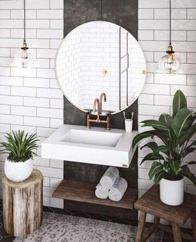 32. Banheiro com vaso de plantas – Via: Dicas decor