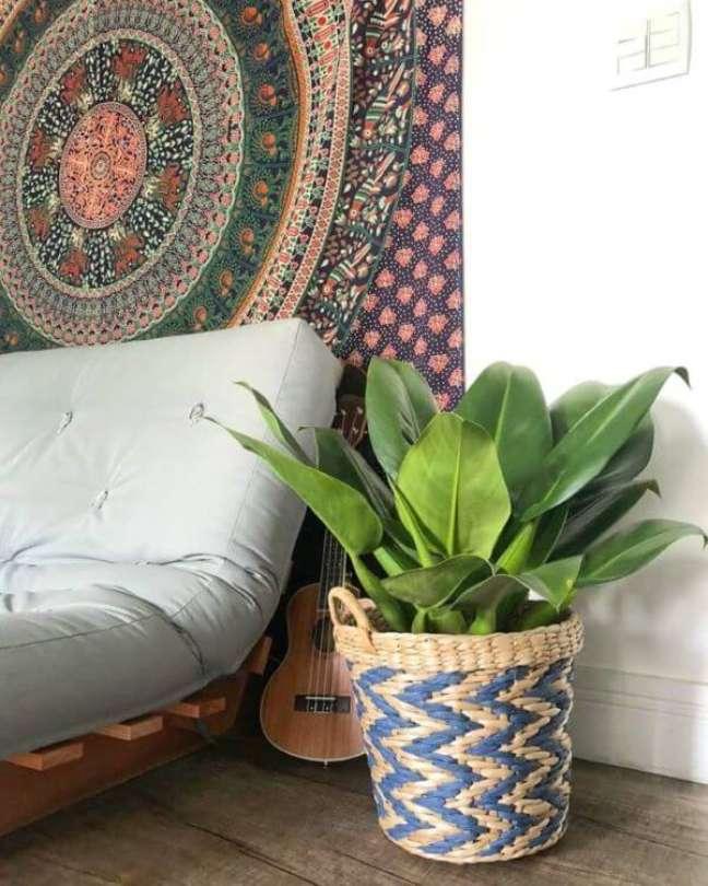 2. Pacová em vaso decorando a sala de estar – Via: Arte Botânica