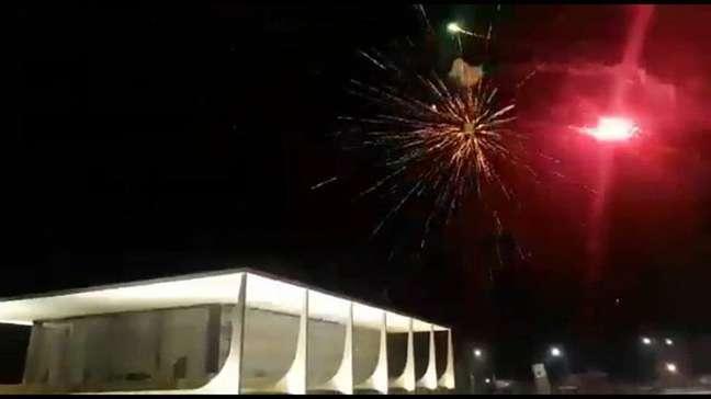 Bolsonaristas dispararam rojões contra o STF no fim da noite de sábado