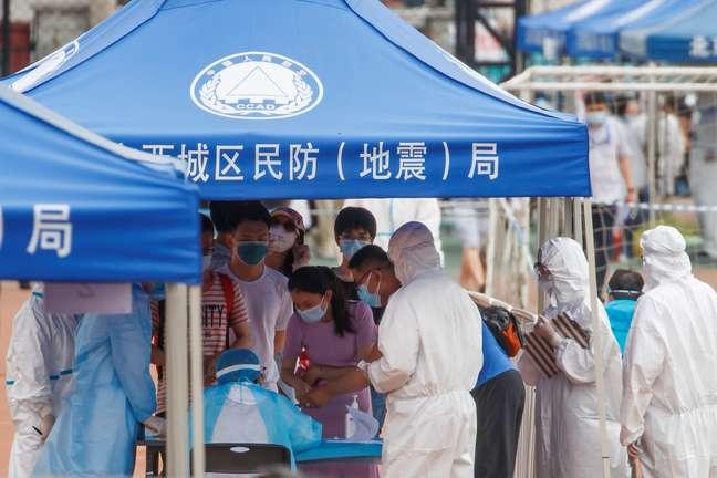 Pessoas fazem fila para serem submetidas a teste para Covid-19 em Pequim 15/06/2020 REUTERS/Thomas Peter