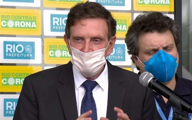 O prefeito Marcelo Crivella liberou o futebol, apesar de a curva da pandemia de coronavírus não ter caído no RJ (Foto: Reprodução)