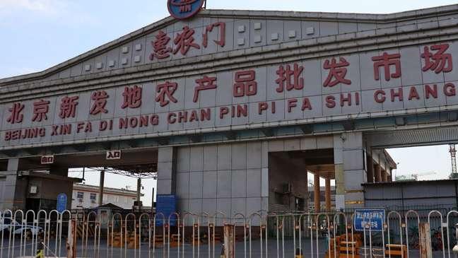 Muitos dos primeiros casos do novo surto estão ligados ao mercado de Xinfadi