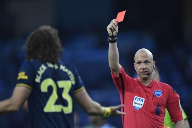 David Luiz teve uma atuação para esquecer contra o Manchester City (Foto: AFP)