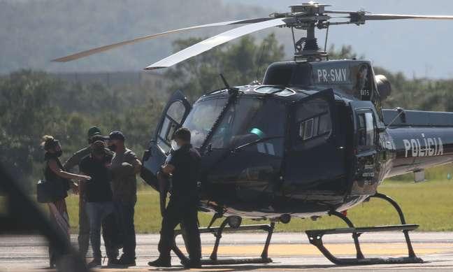 Fabricio Queiroz (boné) recebe voz de prisão ao chegar no Rio de Janeiro