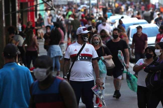 Pessoas com máscaras de proteção contra o coronavírus em região comercial de São Paulo (SP)  11/06/2020 REUTERS/Amanda Perobelli