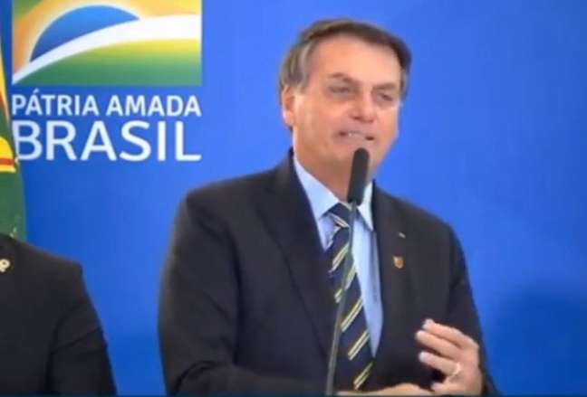 Bolsonaro com o broche do Flamengo (Reprodução/TV Brasil)