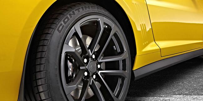 Carros esportivos usam pneus mais largos, portanto com mais sulcos na banda de rodagem.