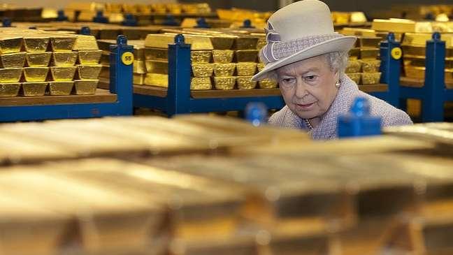 A rainha da Inglaterra em visita os cofres do banco em 2012