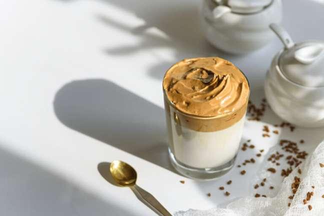 Guia da Cozinha - Dalgona Coffee: aprenda a fazer o café cremoso queridinho da internet