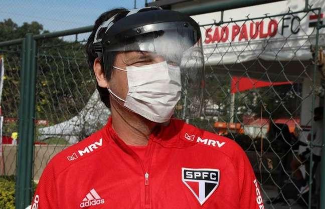 Fernando Diniz protegido na reapresentação do São Paulo - FOTO: Rubens Chiri/saopaulofc.net
