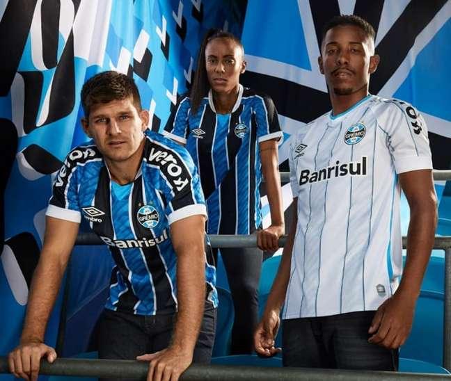 Divulgando nova camisa, Umbro entrega uniformes a influenciadores do Grêmio e torcida reclama na web(Foto: Divulgação/Grêmio)