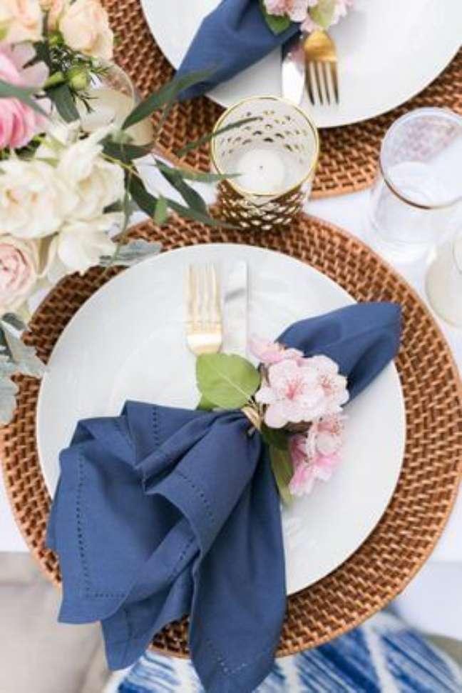 34. Como dobrar guardanapo azul para mesa de jantar – Via: Pinterest