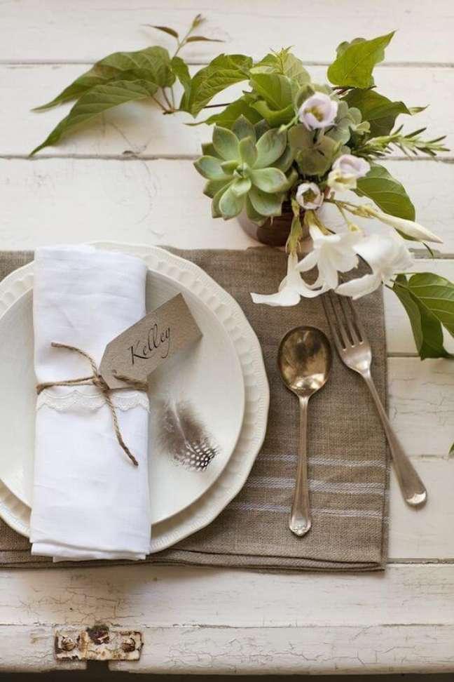 35. Como dobrar guardanapo simples para decoração de mesa – Via: Pinterest