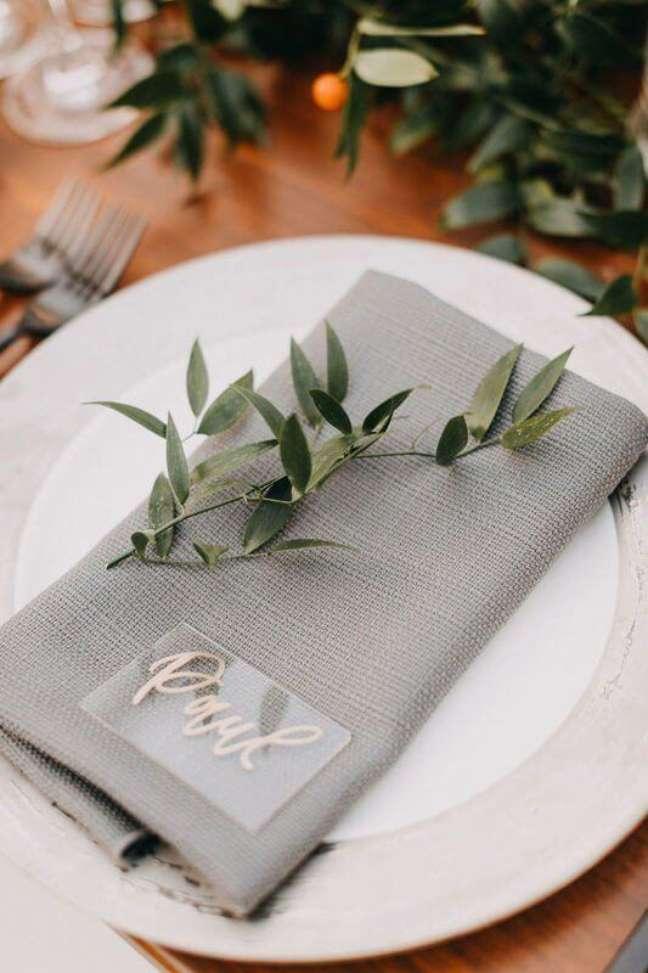 36. Aprenda como dobrar guardanapo de pano para sua mesa de jantar moderna – Via: Pinterest