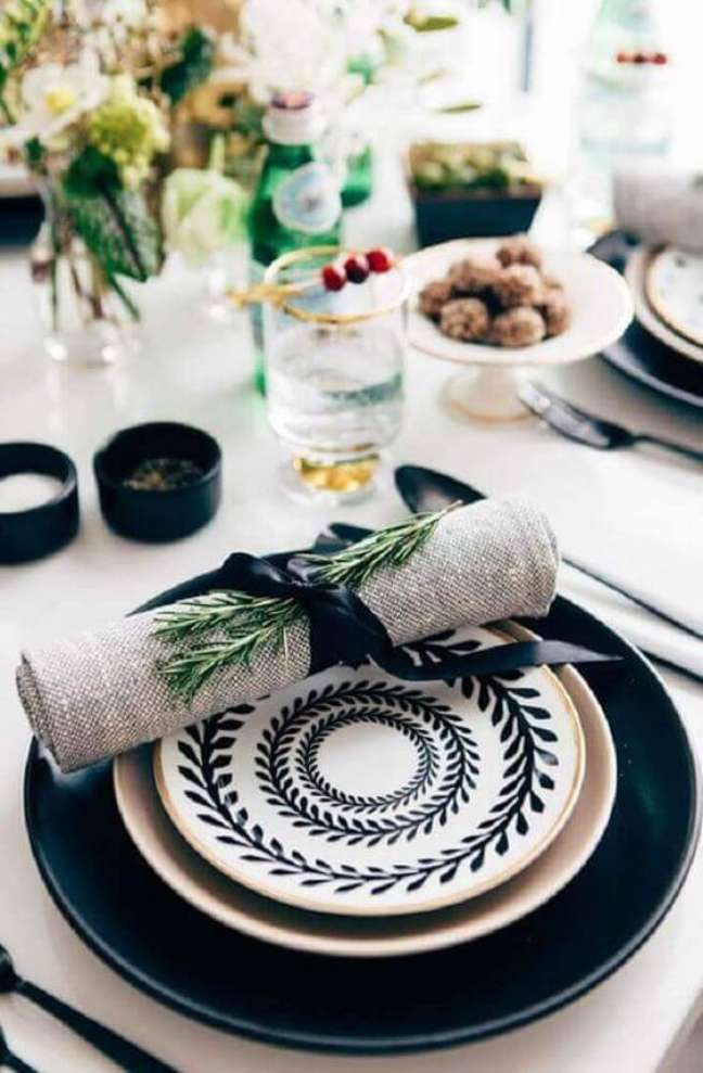 37. Aprenda como dobrar guardanapo para sua mesa moderna – Via: Pinterest