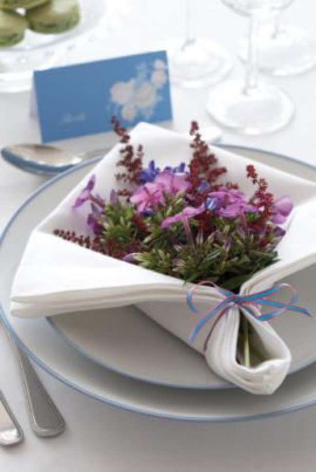 43. Como dobrar guardanapo para colocar flores – via: Pinterest