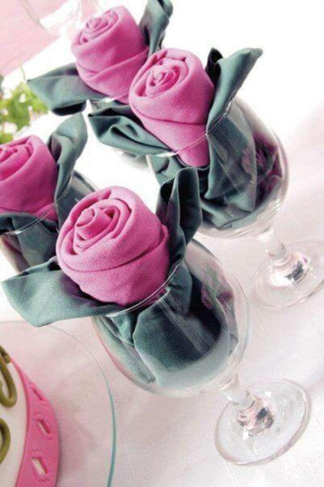44. Como dobrar guardanapo de pano no copo – Via: Pinterest