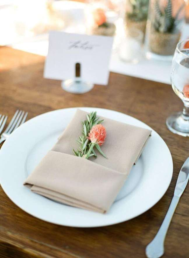 41. Aprenda como dobrar guardanapo com flores – Via: Pinterest
