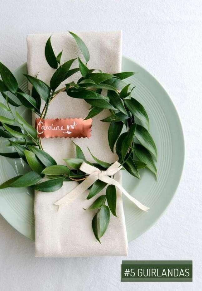 45. Decore a mesa de jantar com flores e aprenda como dobrar guardanapo – Via: Pinterest