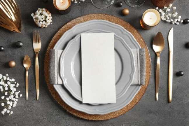 2. Como dobrar guardanapo de papel na mesa de jantar – Via: Pinterest