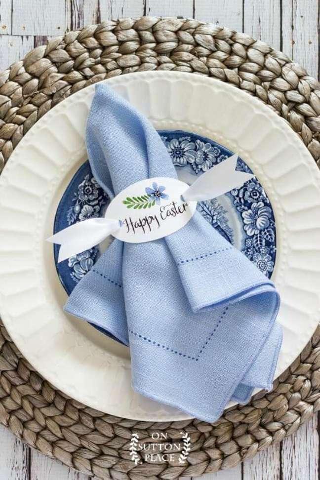 14. Decoração de mesa de jantar com guardanapo de tecido azul – Via: Pinterest