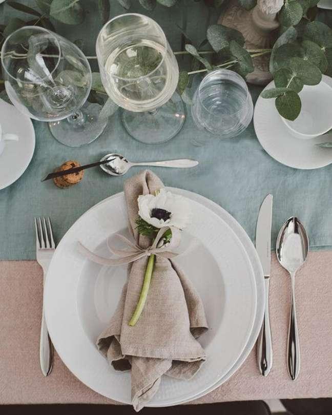 17. Decoração de mesa de jantar com guardanapo de tecido – Via: Pinterest