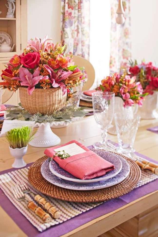 6. Como dobrar guardanapo de tecido com bolso para menu – Via: Pinterest
