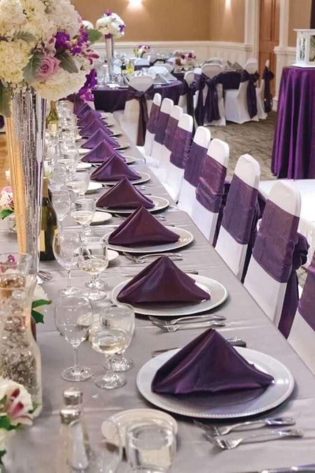 24. Aprenda como dobrar guardanapo de tecido no formato piramide para jantar – Via: Pinterest