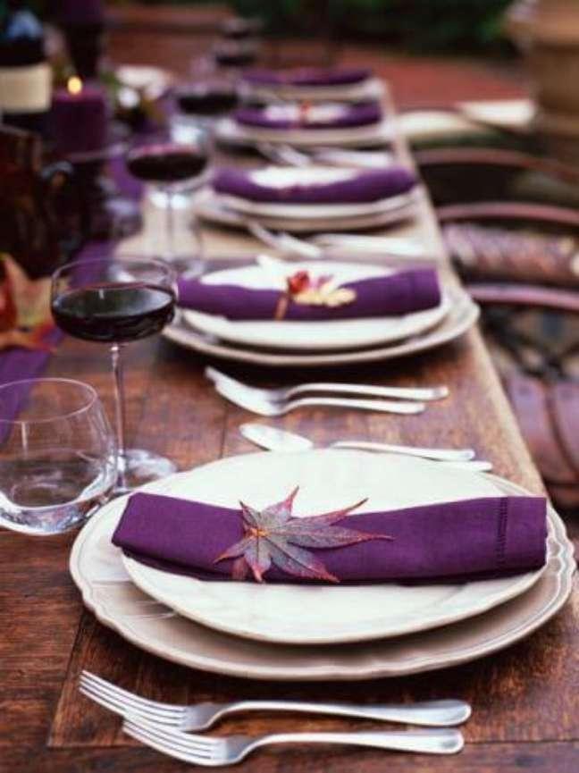 25. Como dobrar guardanapo de tecido roxo para jantar – Via: Pinterest