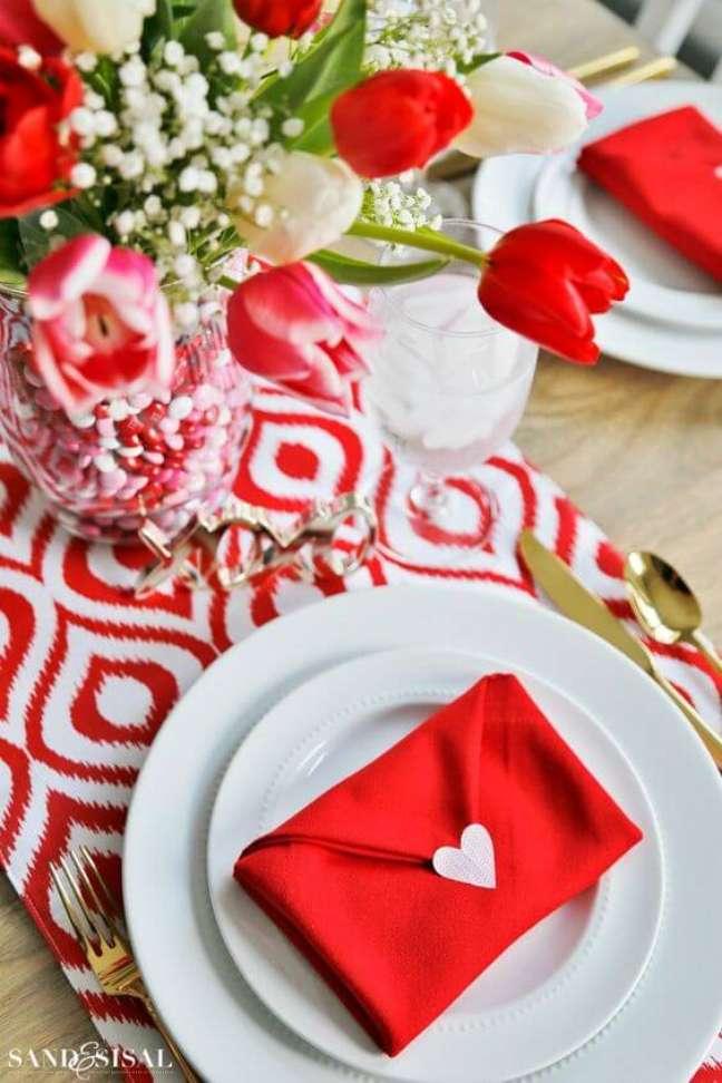 5. Veja como dobrar guardanapo vermelho para jantar romântico – Via: Pinterest