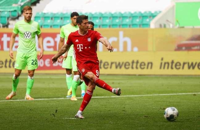 Lewandowski terminou o Campeonato Alemão com 34 gols em 31 jogos (Foto: KAI PFAFFENBACH / AFP)