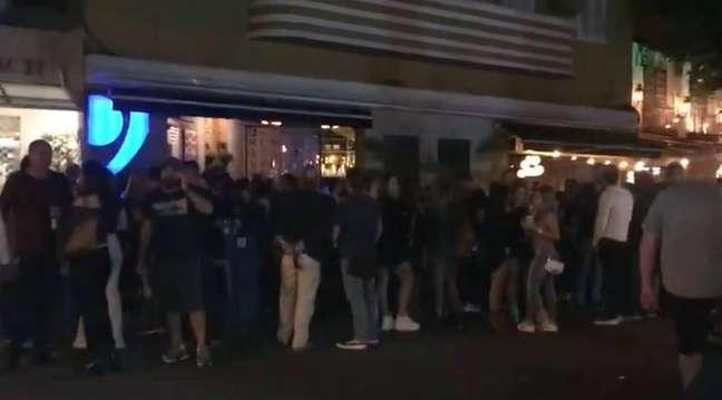 Primeira noite de reabertura de bares e restaurantes no Rio causou grande aglomeração