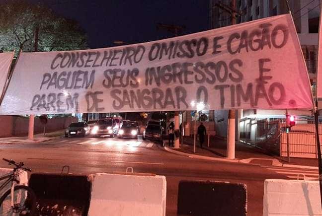 Faixas foram colocadas em frente ao Parque São Jorge protestando contra os dirigentes (Foto: Reprodução / Twitter)