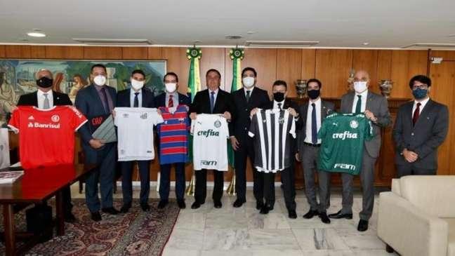Encontro entre Bolsonaro e representantes de clubes brasileiros aconteceu em Brasilia (Foto: Reprodução)