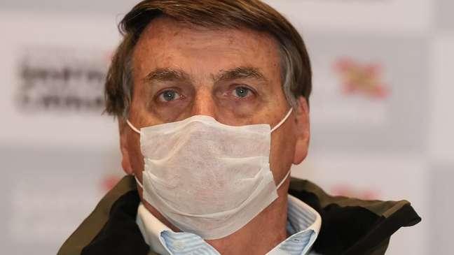 Declarações negacionistas do presidente Jair Bolsonaro contribuíram para dar a falsa impressão aos brasileiros de que não havia motivos para se preocupar com a pandemia, dizem especialistas