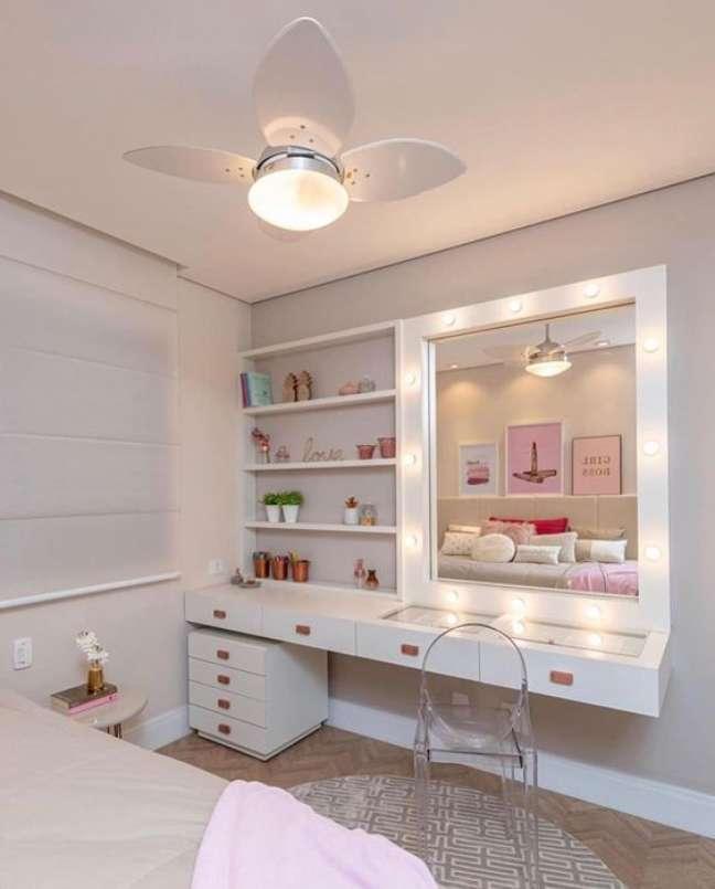 1. Penteadeira camarim grande no quarto moderno – Via: Pinterest