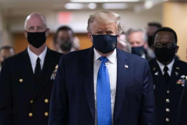 Donald Trump durante visita a hospital militar nos EUA