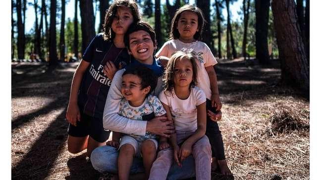 """Os adultos precisam acolher os próprios sentimentos para poder acolher as crianças e tentar solucionar as questões trazidas por elas"""", afirma Luanda Barros, educadora parental e mãe de João (11), Irene (7), Teresa (6) e Joaquim (3)."""