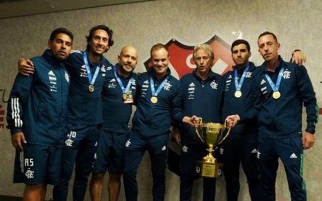A comissão técnica portuguesa do Flamengo com a taça do Campeonato Carioca (Foto: Instagram/João de Deus)