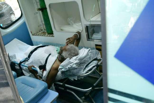 Paciente chega no Hospital de Campanha no Estádio do Pacaembu em São Paulo (SP)