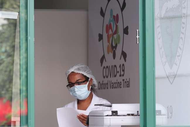 Funcionária da Universidade Federal de São Paulo no local onde está sendo testada a vacina Oxford/AstraZeneca contra a Covid-19 24/06/2020 REUTERS/Amanda Perobelli