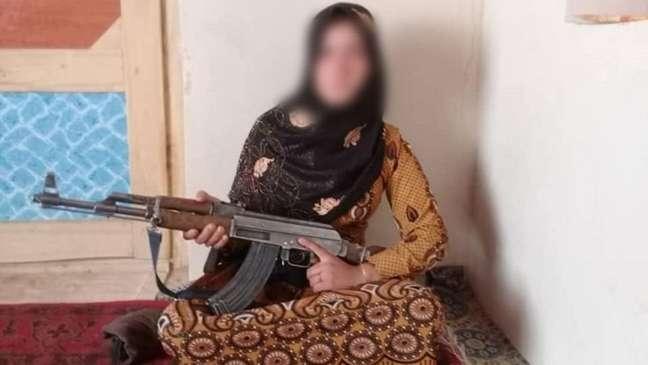Foto da jovem afegã segurando um fuzil viralizou nos últimos dias